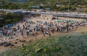 Gần 800 tình nguyện viên thu gom rác dọc bãi biển Vĩnh Lương-Nha Trang